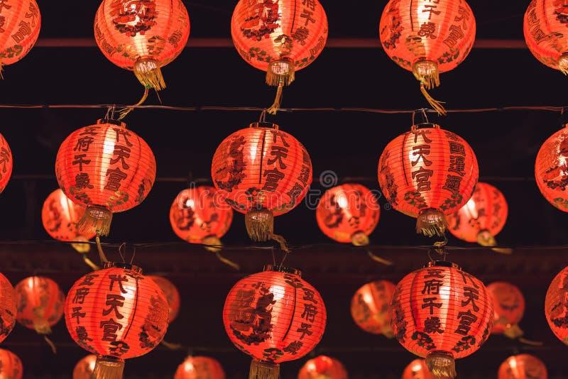 Красный китайский текст иероглифа lanternTranslation С Новым Годом! вися в ряд во время времени дня для китайского торжества Ново стоковое изображение