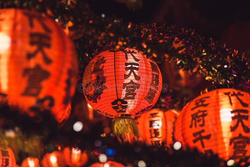 Красный китайский текст иероглифа lanternTranslation С Новым Годом! вися в ряд во время времени дня для китайского торжества Ново стоковые изображения rf