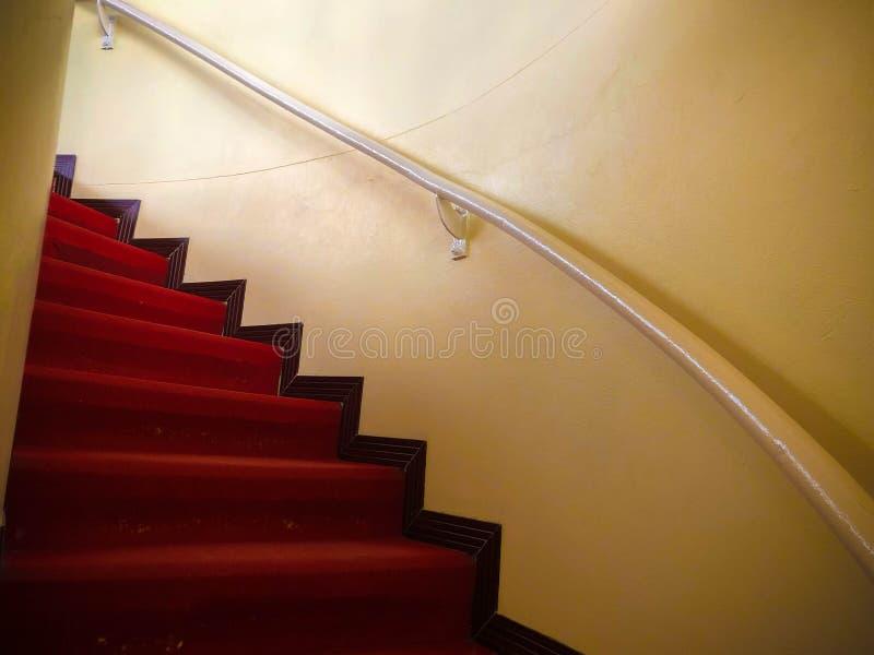 Красный ковер на белых лестницах стоковая фотография