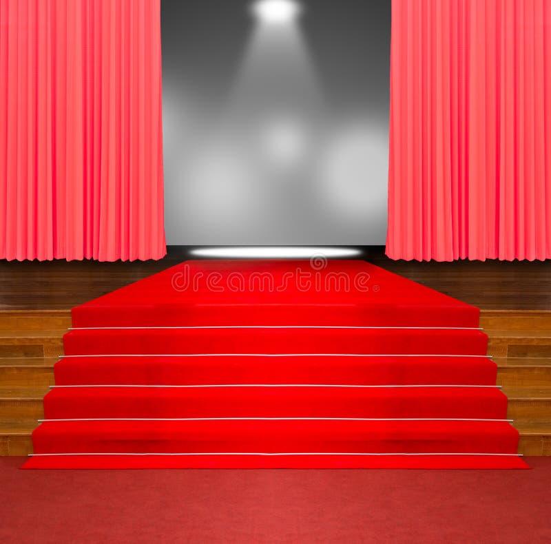 Красный ковер на деревянных лестницах стоковые фотографии rf