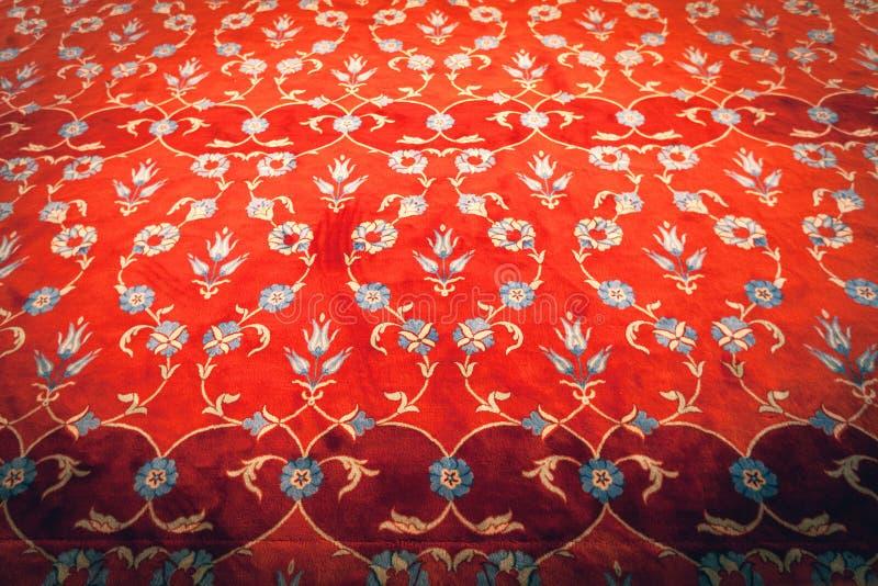 Красный ковер с вышитым орнаментом стоковое изображение rf