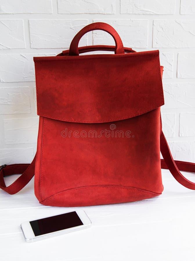 Красный кожаный рюкзак стоковое фото rf