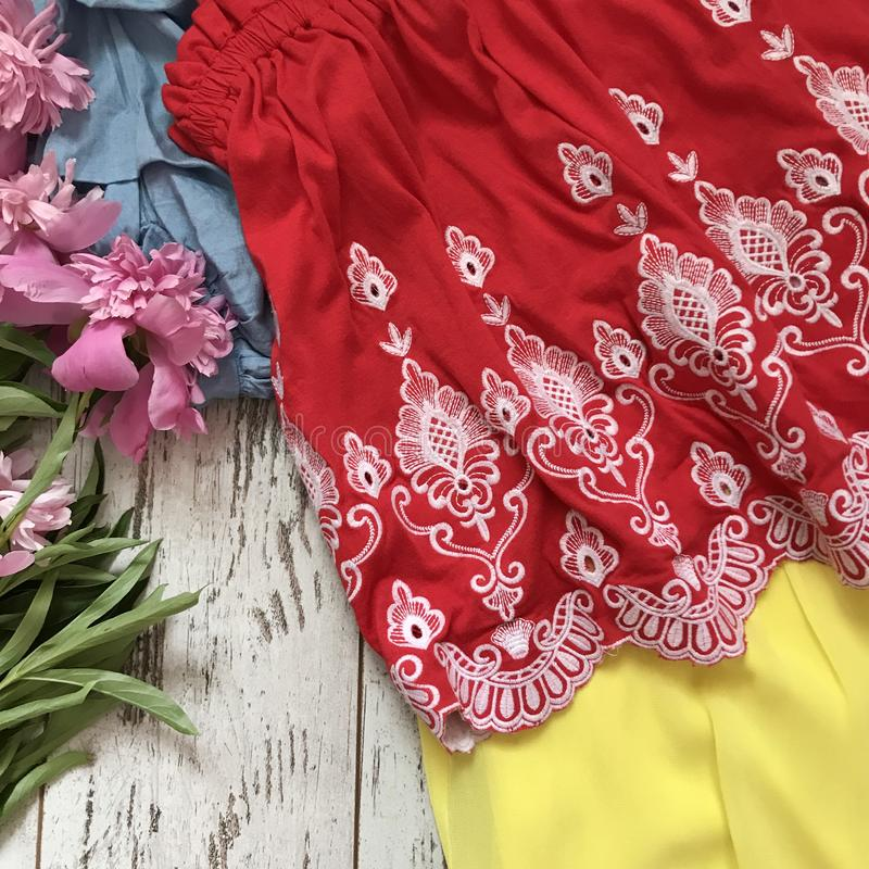 Красный конец-вверх блузки шнурка на деревянной предпосылке стоковая фотография