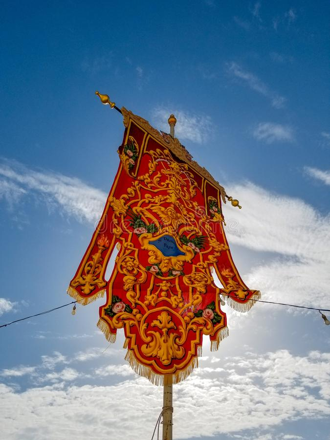 Красный красивый флаг для ежегодного festa около церков стоковое фото