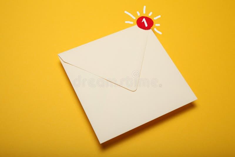 Красный круг на письме почты, концепции связи Корреспонденция адреса стоковое фото
