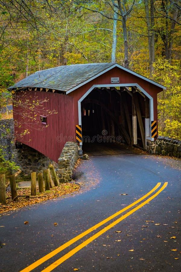 Красный крытый мост в парке Lancaster County стоковые фотографии rf