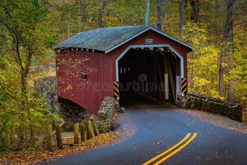 Красный крытый мост в парке Lancaster County стоковые изображения