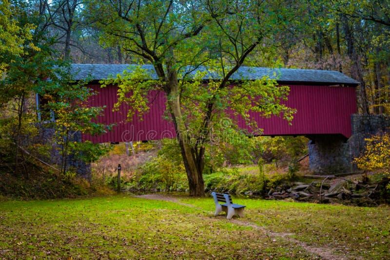 Красный крытый мост в Lancaster County стоковые изображения
