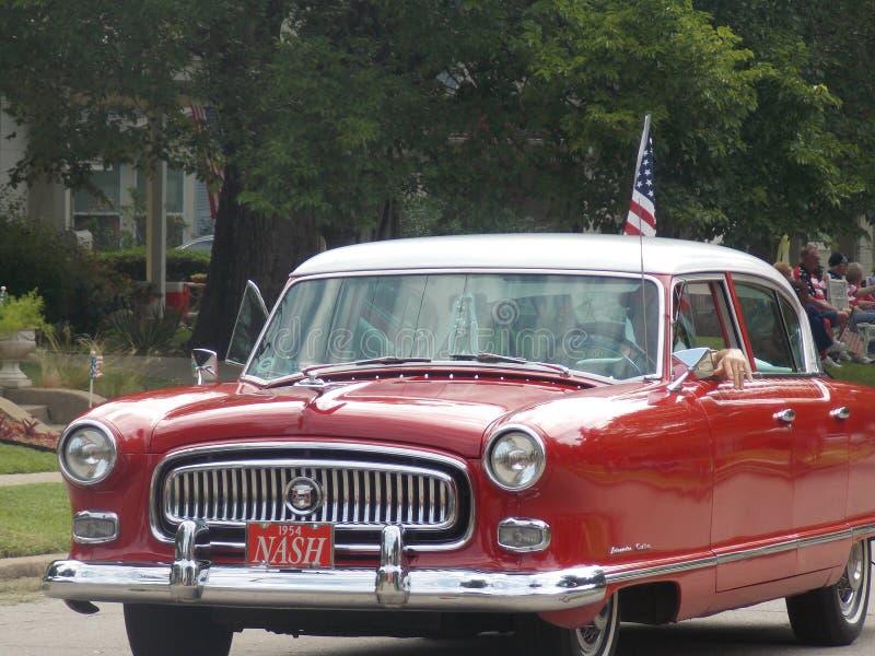 Красный классический автомобиль в параде стоковое изображение rf