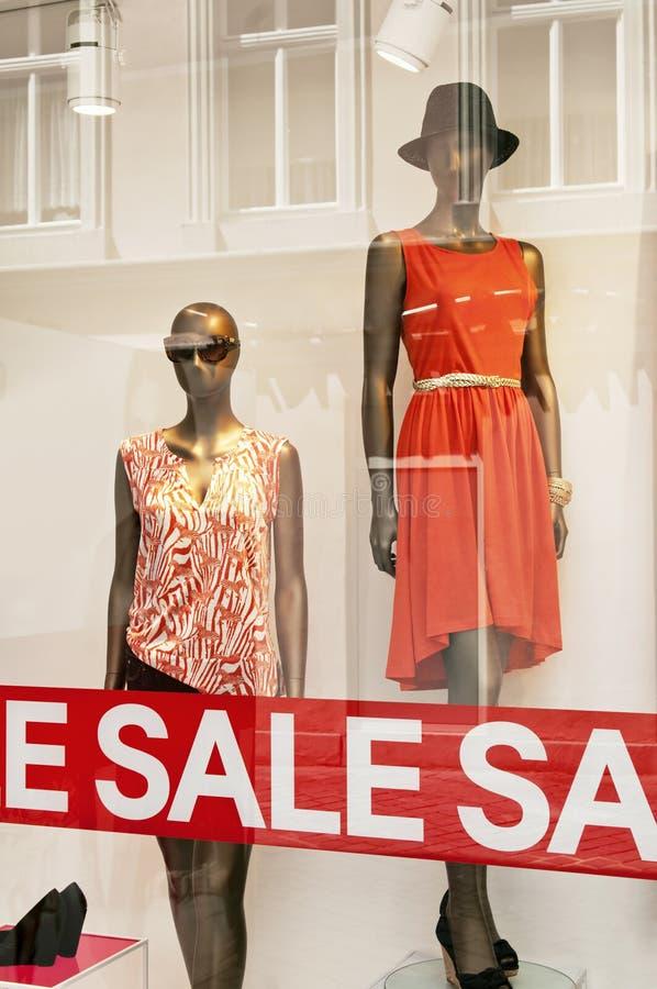 красный магазин розничной продажи подписывает окно стоковая фотография rf
