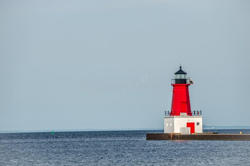 Красный маяк на Menominee Pierhead стоковое фото