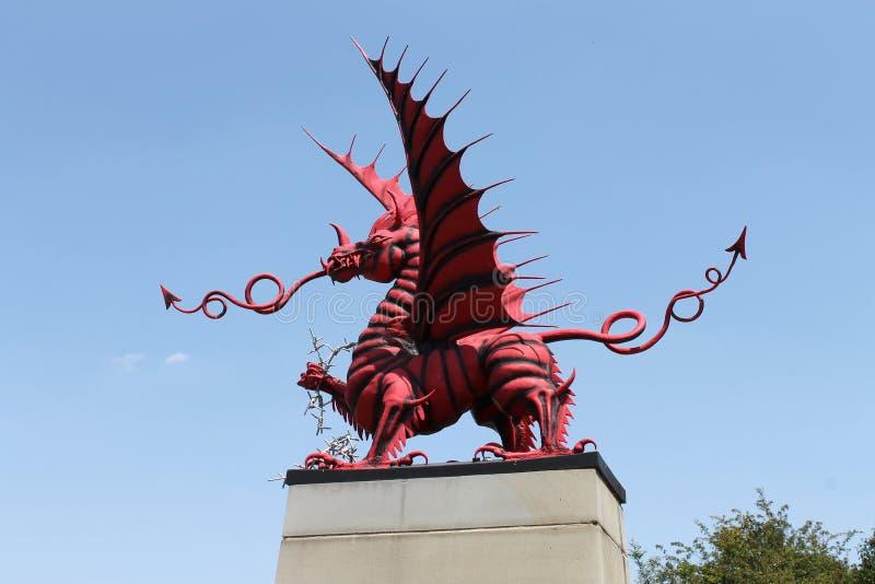 Красный мемориал дракона к 38th разделению (Welsh) на древесине Mametz на Сомме стоковая фотография
