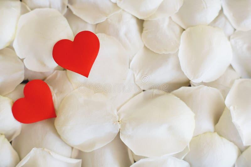 Красный мини лепесток ткани сердца, белых и розовых формы ключевой на деревянном столе, концепции розы и сердца любов Валентайн стоковое изображение