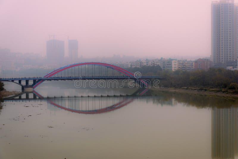 Красный мост в красном помохе стоковое фото