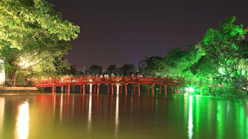 Красный мост в озере Hoan Kiem в Ханой стоковые фотографии rf