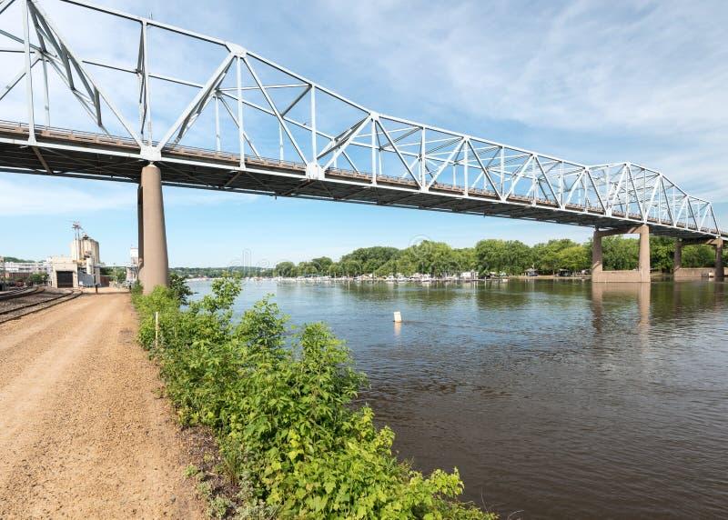 Красный мост крыла над рекой Missippi стоковое изображение rf