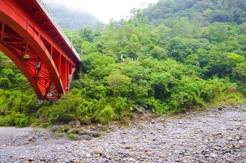 Красный мост над руслом реки в национальном парке Taroko, Тайване Ущелье Taroko красивая естественная привлекательность Тропическ стоковые фото