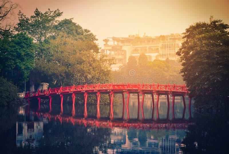 Красный мост на озере Hoan Kiem на восходе солнца в Ханое, Вьетнаме Vinta стоковое фото
