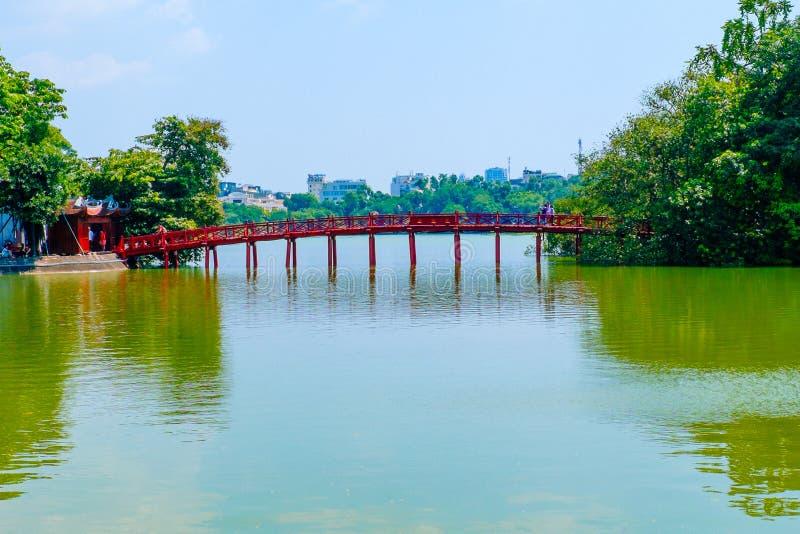 Красный мост на озере Hoan Kiem hanoi Вьетнам стоковые фотографии rf