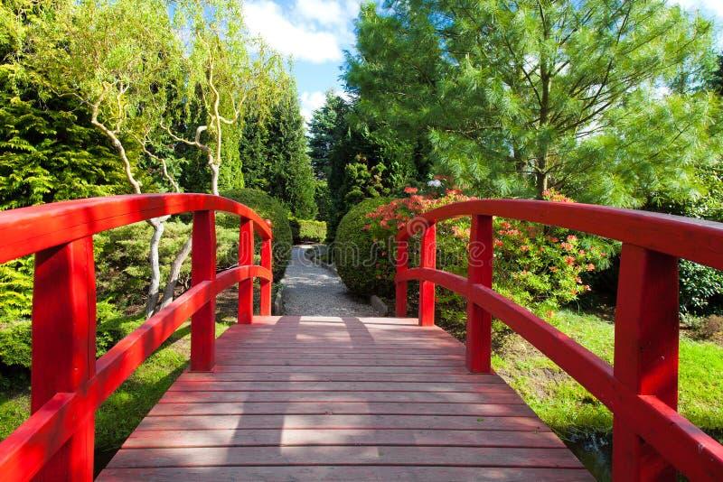 Красный мост на японском саде стоковые изображения rf