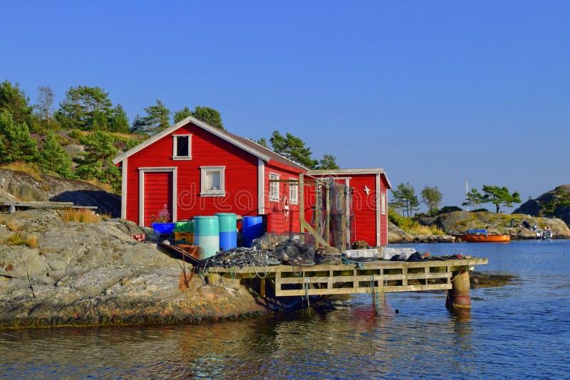 Красный норвежский дом рыбной ловли стоковое фото
