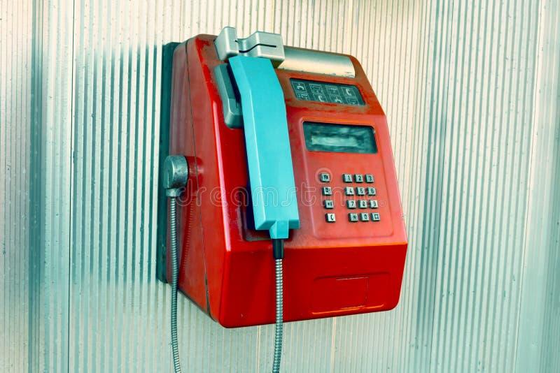 Красный общественный телефон в телефонной будке стоковое изображение