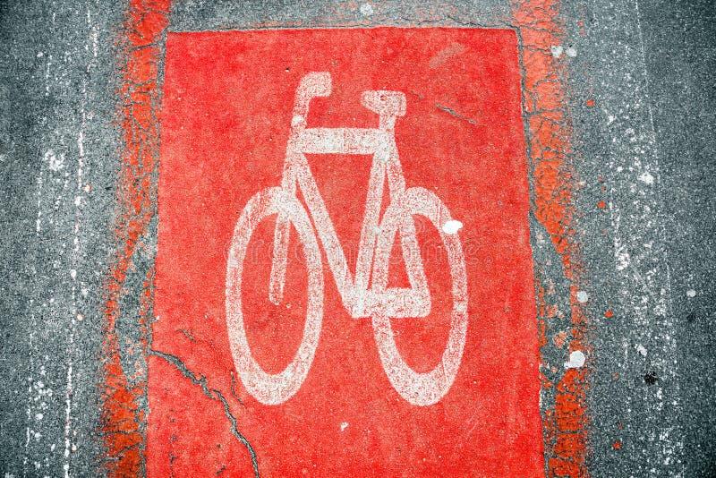 Красный дорожный знак велосипеда на асфальте стоковое изображение rf