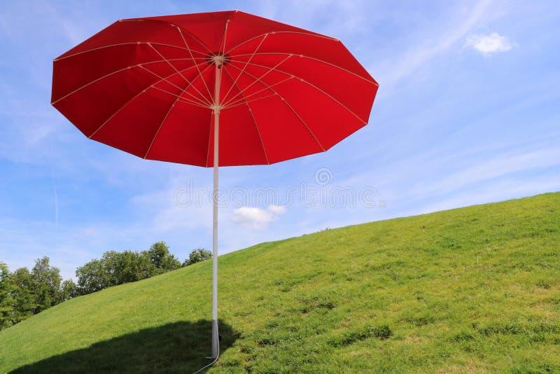 Красный парасоль - Heilbronn Германия стоковая фотография rf