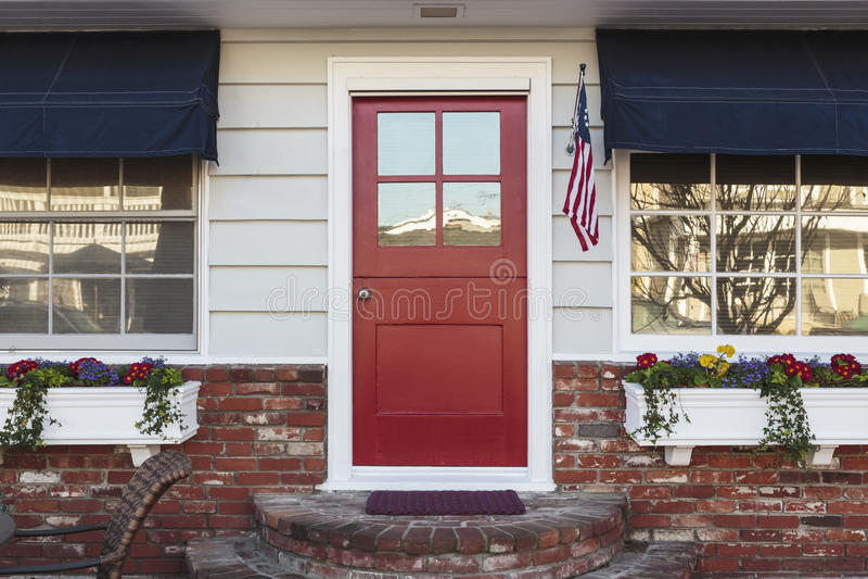 Красный парадный вход американского дома стоковое фото rf