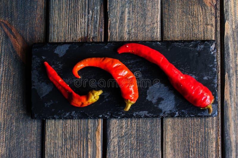 красный перец на черной тарелке стоковое фото rf