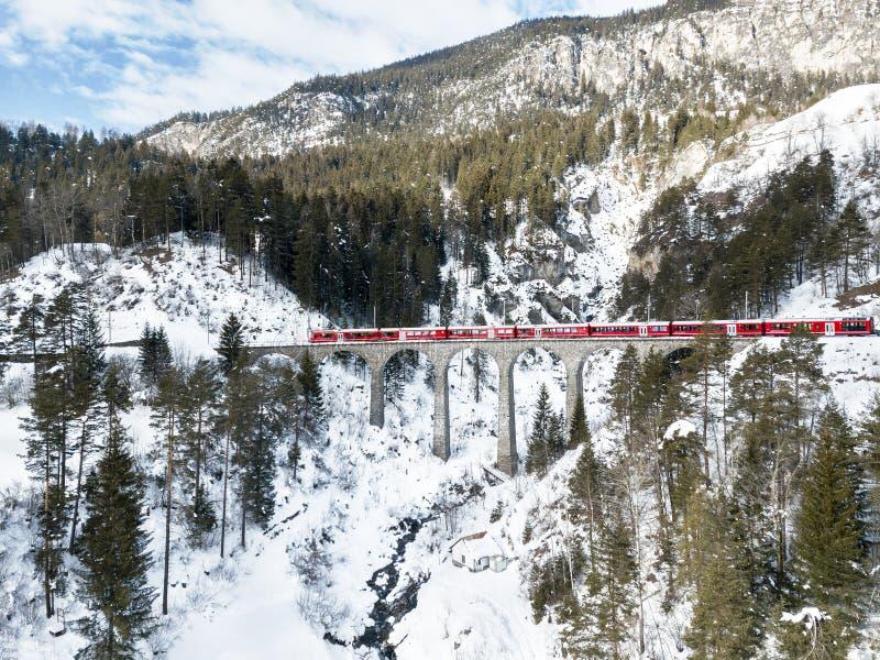 Красный поезд проходя на виадук Schmitten, стоковые изображения rf