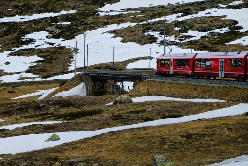 Красный поезд Bernina на мосте стоковое фото