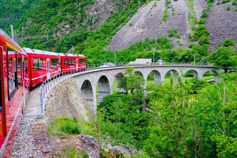 Красный поезд Bernina путешествуя на очень известном виадуке стоковые изображения