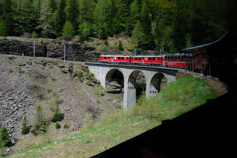 Красный поезд Bernina путешествуя на очень известном виадуке стоковое изображение