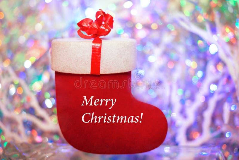 Красный подарок чувствовал ботинок с словами с Рождеством Христовым на покрашенном b стоковое фото rf