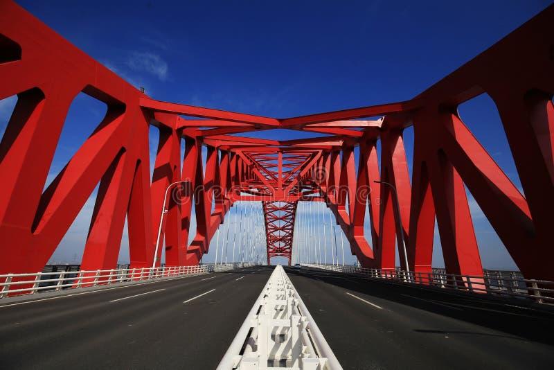 Красный приданный куполообразную форму стальной мост стоковые фотографии rf
