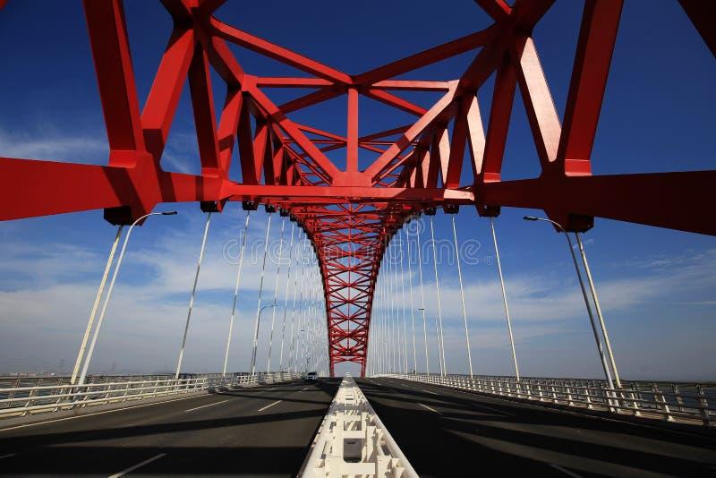 Красный приданный куполообразную форму стальной мост стоковое фото rf