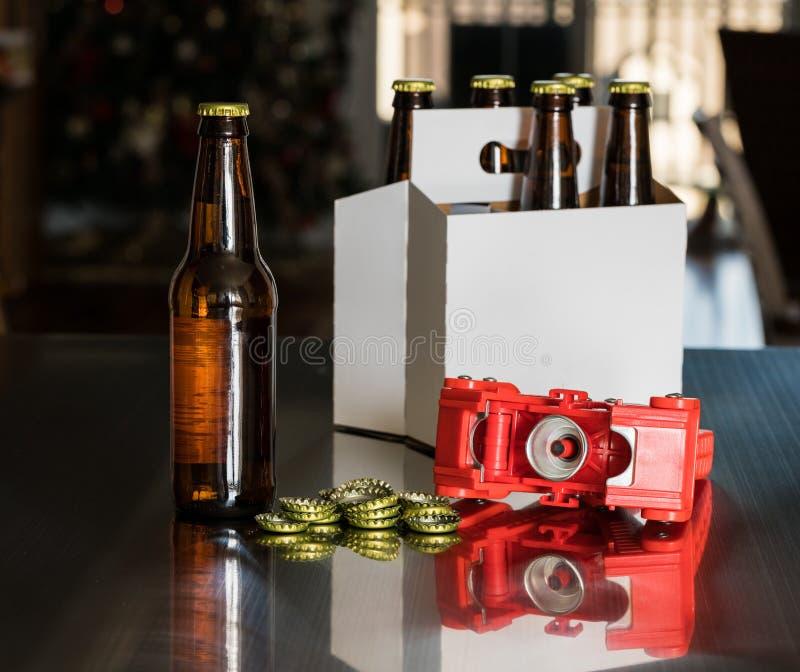 Красный пластичный capper для установки крышек металла на пивную бутылку стоковое фото rf