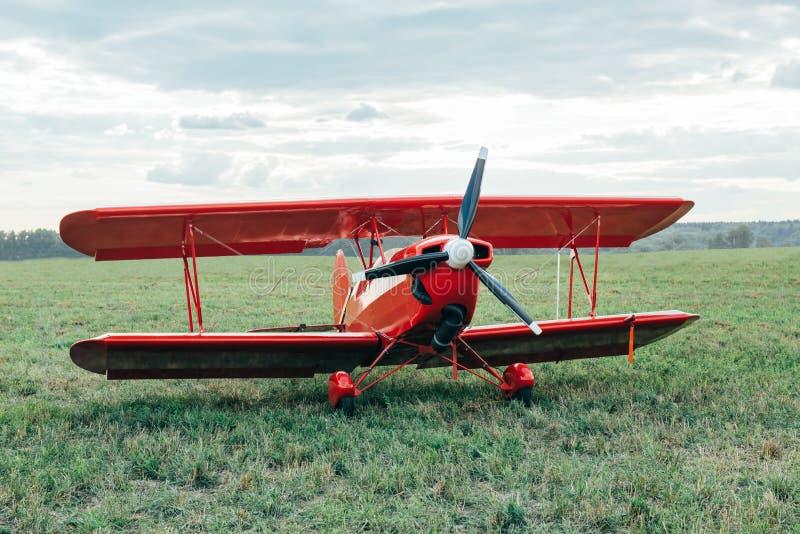 Красный самолет-биплан стоковая фотография rf