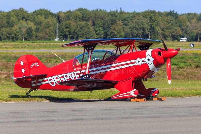 Красный самолет эффектного выступления стоковые фото