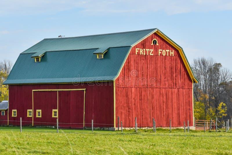 Красный сарай с Фрицем Фот на фронте, Висконсин стоковая фотография rf