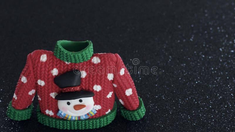 Красный свитер с зелеными тумаками воротника и рукава стоковые изображения rf