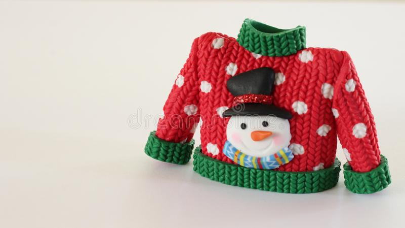 Красный свитер с зелеными тумаками воротника и рукава стоковая фотография rf