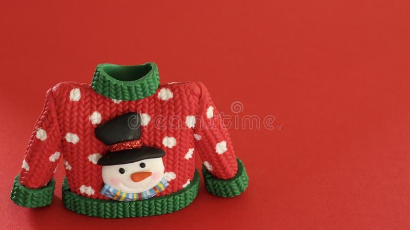 Красный свитер с зелеными тумаками воротника и рукава стоковое фото rf
