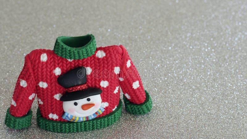Красный свитер с зелеными тумаками воротника и рукава стоковое изображение