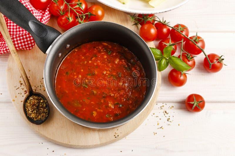 Красный соус сделанный из высушенных томатов на сковороде стоковые фотографии rf