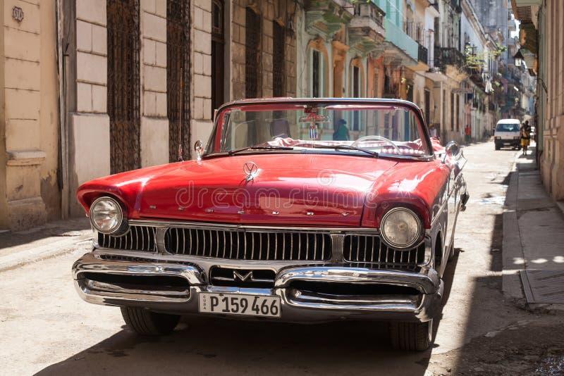 Красный старый автомобиль стоковая фотография