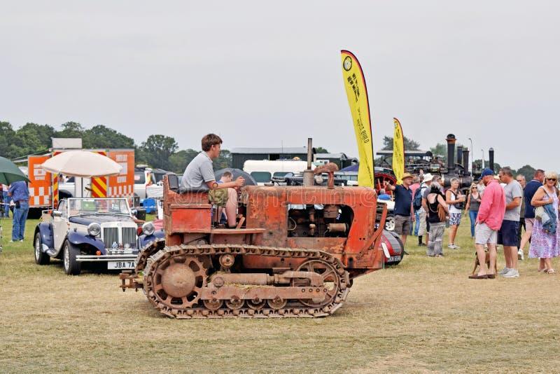 Красный старый трактор моды стоковые фото