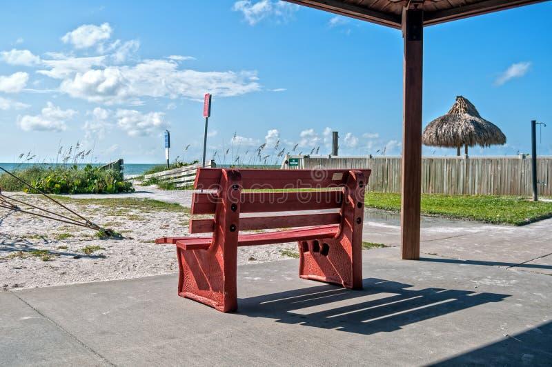 Красный стенд на пляже стоковые фотографии rf