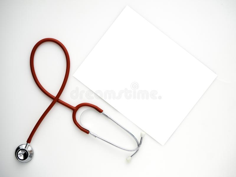 Красный стетоскоп изолированный на белой предпосылке стоковые изображения